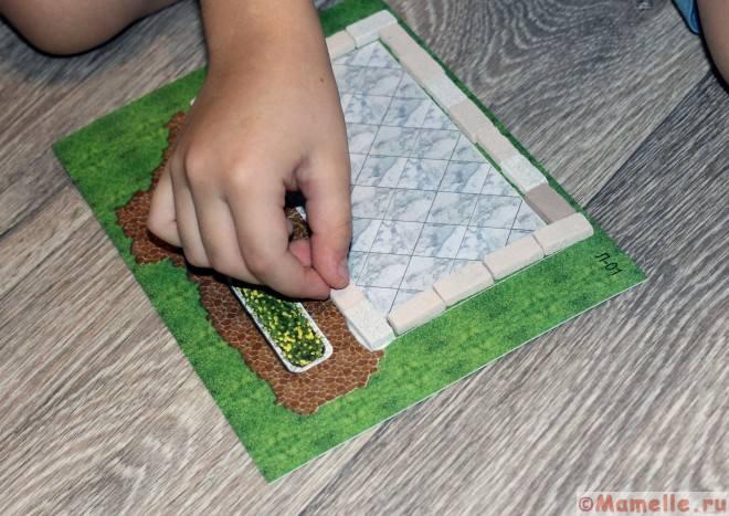 строим игрушечный дом из кирпичей